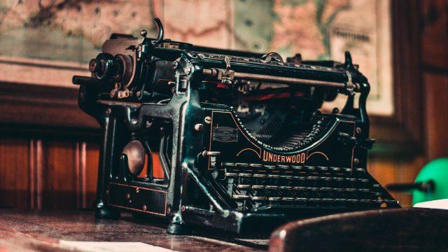 schwarze schreibmaschine